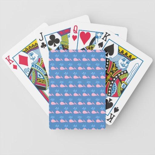 Modelo rosado de la ballena en azul baraja de cartas