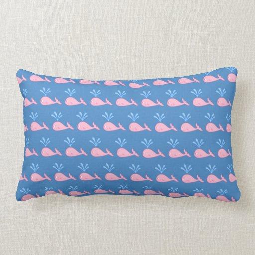 Modelo rosado de la ballena en azul cojin