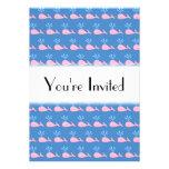 Modelo rosado de la ballena en azul invitaciones personales