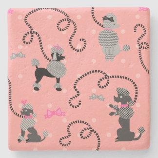 Modelo rosado de la falda del caniche y negro posavasos de piedra