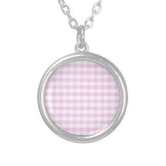 Modelo rosado de la guinga collares