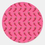 Modelo rosado de las pimientas de chile etiquetas redondas