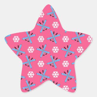 Modelo rosado de los esquís y de los copos de pegatina en forma de estrella