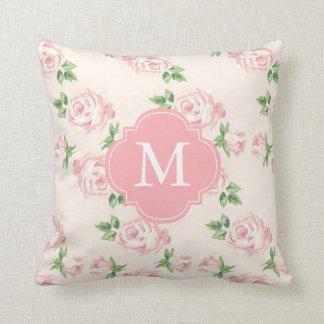 Modelo rosado de los rosas del vintage con monogra cojín