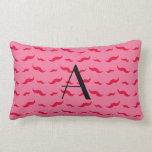 Modelo rosado del bigote del monograma almohada