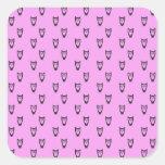 Modelo rosado del búho pegatina cuadrada