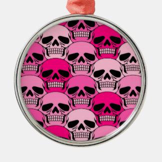 Modelo rosado del cráneo que entrelaza adorno navideño redondo de metal