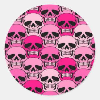 Modelo rosado del cráneo que entrelaza pegatina redonda