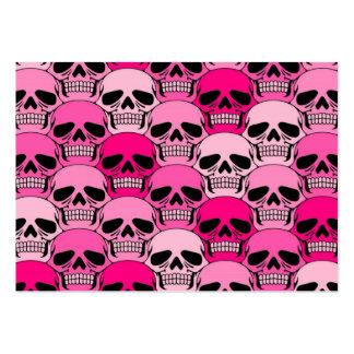 Modelo rosado del cráneo que entrelaza tarjetas de visita grandes