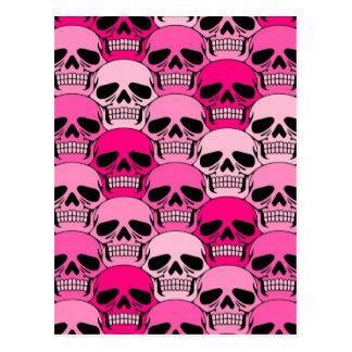 Modelo rosado del cráneo que entrelaza tarjetas postales