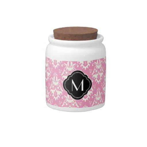 Modelo rosado del damasco con el monograma plato para caramelo
