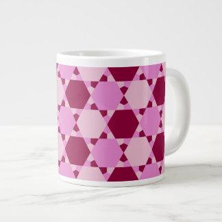 Modelo rosado femenino de la ilusión óptica del taza grande