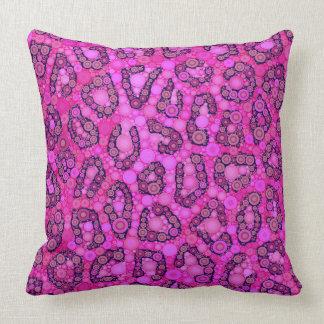 Modelo rosado fluorescente del guepardo cojín decorativo