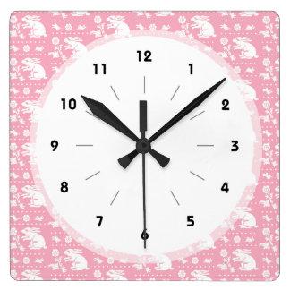 Modelo rosado lindo de los conejos de conejito de reloj cuadrado