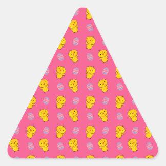 Modelo rosado lindo de pascua del polluelo del pegatina triangular