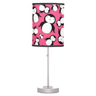 Modelo rosado lindo del pingüino lámpara de mesa