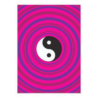 """Modelo rosado púrpura del círculo concéntrico de invitación 5"""" x 7"""""""