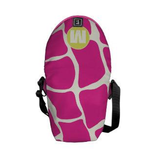 Modelo rosado y amarillo del monograma de la bolsa de mensajería
