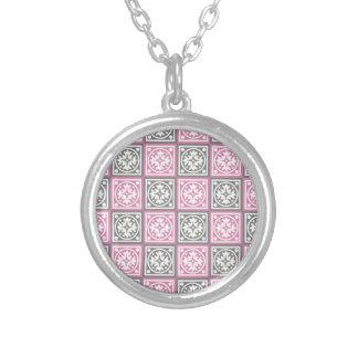 Modelo rosado y gris de los cuadrados colgante redondo