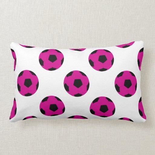 Modelo rosado y negro del balón de fútbol cojines