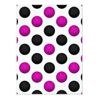 """Modelo rosado y negro del baloncesto invitación 5.5"""" x 7.5"""""""