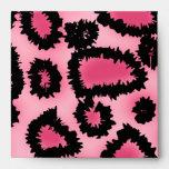 Modelo rosado y negro del estampado leopardo