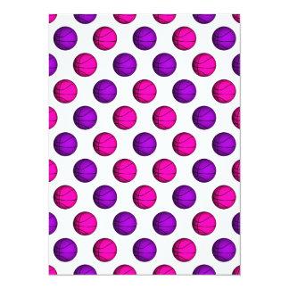 """Modelo rosado y púrpura lindo del baloncesto invitación 5.5"""" x 7.5"""""""