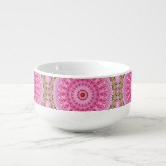 Modelo rosado y verde floral del caleidoscopio del bol para sopa