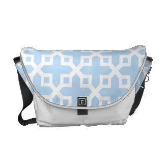 Modelo seccionado transversalmente azul claro y bolsas de mensajeria