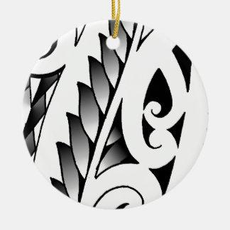 Modelo silverfern maorí del tatuaje con las hojas adorno redondo de cerámica