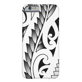 Modelo silverfern maorí del tatuaje con las hojas funda de iPhone 6 barely there