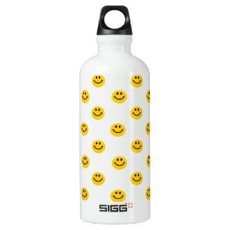 Modelo sonriente amarillo de la cara botella de agua