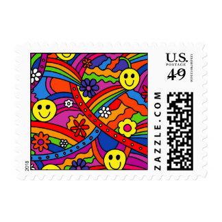 Modelo sonriente del hippy del arco iris y de la timbres postales