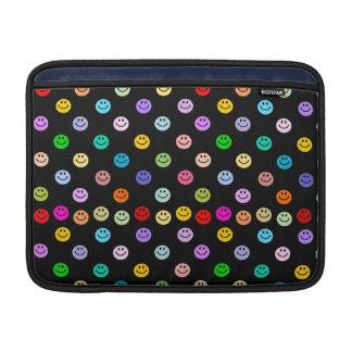Modelo sonriente multicolor de la cara del arco ir funda  MacBook
