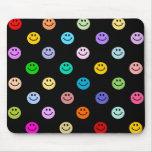 Modelo sonriente multicolor de la cara del arco ir alfombrillas de raton