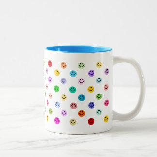 Modelo sonriente multicolor de la cara del arco ir tazas de café