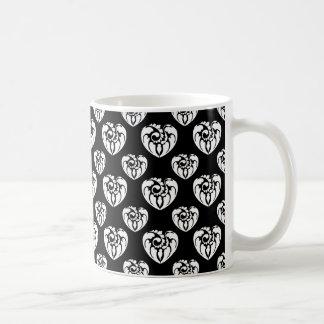 Modelo tribal 2 del corazón blanco y negro taza