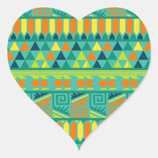 Modelo tribal azteca abstracto colorido de la pegatina en forma de corazón