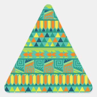 Modelo tribal azteca abstracto colorido de la pegatina triangular