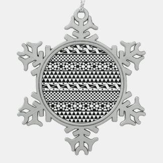 Modelo tribal azteca geométrico blanco negro de la adorno de peltre en forma de copo de nieve