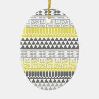 Modelo tribal azteca geométrico gris amarillo de ornamento de navidad