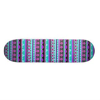 Modelo tribal azul y púrpura brillante tabla de patinar