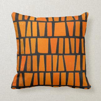 Modelo tribal del africano anaranjado y negro cojin