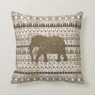 Modelo tribal del elefante caprichoso en el diseño almohadas