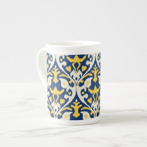 Modelo tribal del ikat azul amarillo de color de a taza de porcelana