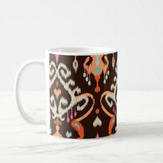Modelo tribal del ikat femenino marrón anaranjado tazas de café