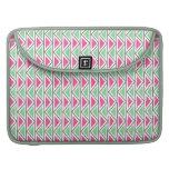 Modelo tribal del triángulo gris verde rosado funda para macbooks