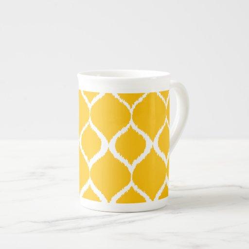 Modelo tribal geométrico amarillo de oro de la taza de porcelana