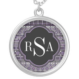 Modelo tribal negro púrpura con monograma joyeria