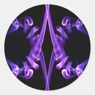 Modelo vaping del humo púrpura bonito en negro pegatina redonda